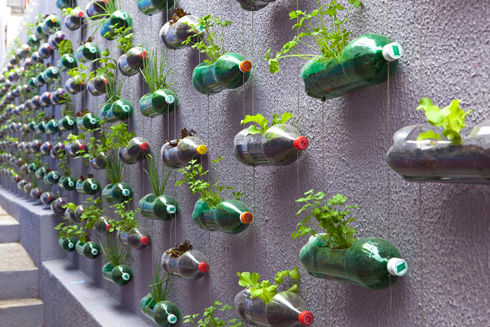 Jardim vertical feito com garrafas por Rosenbaum