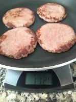 Pesagem da frigideira com hambúrgueres