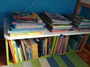 Gavetas do escorrega e arrumação Stuva do Ikea a servir de arrumação para livros