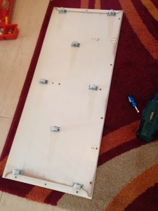Rodas colocadas na tábua retirada do escorrega e arrumação Stuva do Ikea