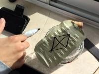 Bússola caseira - Marcar a agulha da bússola na tampa da lata de conserva