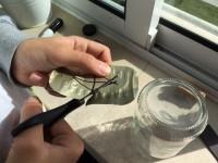 Bússola caseira - Cortar a agulha da bússola na tampa da lata de conserva
