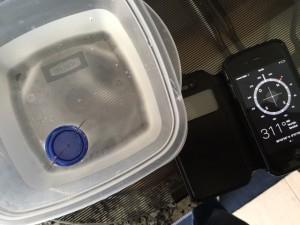 Bússola caseira - tampa de plástico com agulha