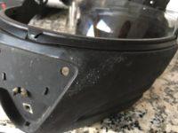 Parte da proteção frontal do capacete antes de removida a tinta borrachosa
